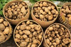 Patatas en cestas Imagenes de archivo