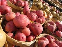 Patatas en cestas en el mercado del granjero Fotografía de archivo