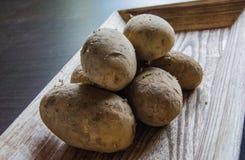Patatas en la bandeja de madera imágenes de archivo libres de regalías