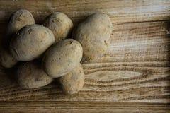Patatas en la bandeja de madera marrón imagen de archivo