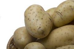 Patatas en la cesta de mimbre Fotografía de archivo