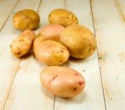Patatas en la tabla de madera Imágenes de archivo libres de regalías