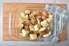 Patatas en un plato de la hornada Foto de archivo libre de regalías