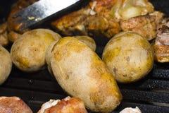 Patatas en una parrilla Foto de archivo libre de regalías