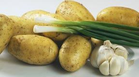 Patatas frescas con la cebolla y el ajo Imagen de archivo libre de regalías