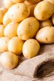 Patatas frescas de la granja en un saco de la arpillera fotos de archivo