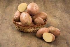 Patatas frescas en fondo de madera rústico Foto de archivo libre de regalías