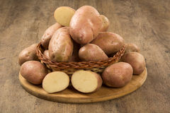 Patatas frescas en fondo de madera rústico Imágenes de archivo libres de regalías