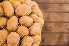Patatas frescas naturales en tienda Foto de archivo libre de regalías