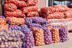 Patatas frescas y cebollas orgánicas listas a la venta Foto de archivo