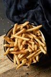 Patatas fritas apetitosas en un cuenco Fotos de archivo libres de regalías