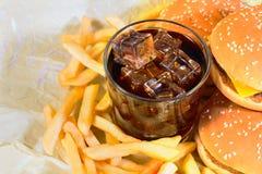 Patatas fritas con el cheeseburger y los microprocesadores foto de archivo