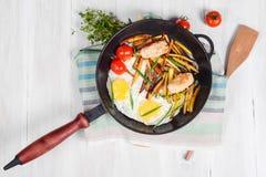 Patatas fritas con la carne, huevos, tomates fotografía de archivo libre de regalías