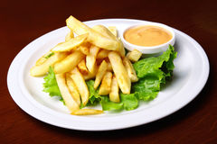 Patatas fritas con la salsa Imagenes de archivo
