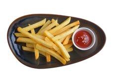 Patatas fritas con la salsa de tomate en placa caramic fotos de archivo libres de regalías