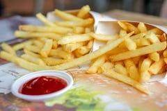 Patatas fritas con la salsa de tomate lista Imagen de archivo libre de regalías