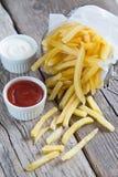 Patatas fritas con la salsa de tomate y la mayonesa de tomate Imagen de archivo libre de regalías
