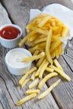 Patatas fritas con la salsa de tomate y la mayonesa de tomate Fotografía de archivo