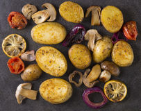 Patatas fritas con las setas en la cacerola la visión desde el top Fotografía de archivo