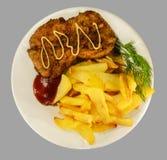 Patatas fritas con tajadas del pollo Imagenes de archivo