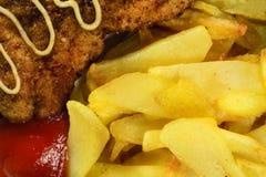 Patatas fritas con tajadas del pollo Fotografía de archivo libre de regalías