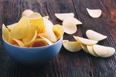 Patatas fritas curruscantes en cuenco porcelan Imagenes de archivo