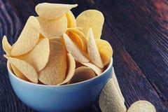 Patatas fritas curruscantes en cuenco porcelan Foto de archivo libre de regalías