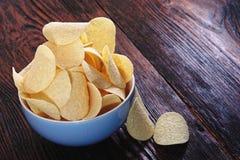 Patatas fritas curruscantes en cuenco porcelan Foto de archivo