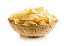 Patatas fritas curruscantes en un cuenco de mimbre Foto de archivo libre de regalías