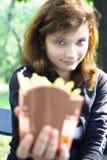 Patatas fritas de ofrecimiento de la muchacha foto de archivo libre de regalías