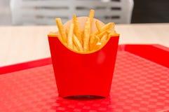 Patatas fritas en caja roja en una bandeja Foto de archivo libre de regalías