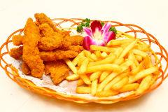 Patatas fritas en cesta Foto de archivo