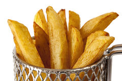 Patatas fritas en cesta de alambre Fotografía de archivo