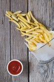 Patatas fritas en cesta del metal con la salsa de tomate de tomate Fotos de archivo libres de regalías