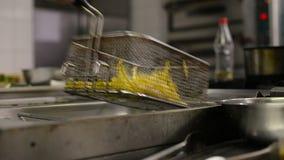 Patatas fritas en chipser de la sartén almacen de video