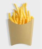 Patatas fritas en la caja de papel en blanco de Kraft aislada en el fondo blanco con la trayectoria de recortes Foto de archivo