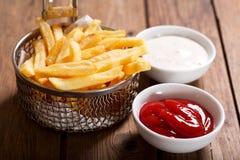 Patatas fritas en la tabla de madera Imagen de archivo