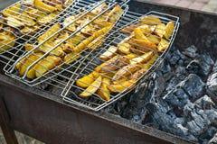 Patatas fritas en parrilla Al aire libre fin de semana de la barbacoa fotos de archivo