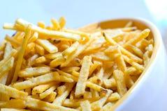 Patatas fritas en un tazón de fuente Imagenes de archivo
