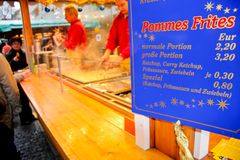 Patatas fritas en venta en Christkindlmarkt en Munich Fotos de archivo