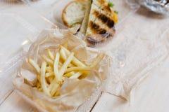 Patatas fritas envueltas en envase de comida disponible imagen de archivo libre de regalías