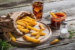 Patatas fritas frescas servidas con la bebida fría Fotos de archivo libres de regalías