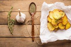 Patatas fritas hechas en casa con las especias Fotografía de archivo