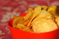 Patatas fritas, microprocesadores en cuenco fotos de archivo libres de regalías
