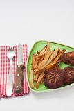 Patatas fritas y albóndigas de la carne picadita en la placa Imágenes de archivo libres de regalías