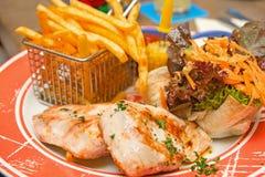 Patatas fritas y filete mexicano del pollo Fotografía de archivo