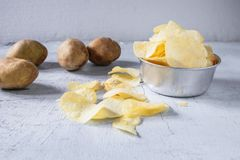 Patatas fritas y patata cruda fritas en un cuenco fotografía de archivo