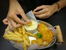 Patatas fritas y pepitas con la salsa de la mayonesa Imagen de archivo