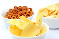 Patatas fritas y pretzeles imágenes de archivo libres de regalías