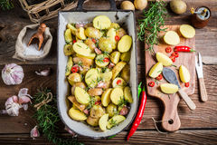 Patatas hechas en casa con romero Fotografía de archivo libre de regalías